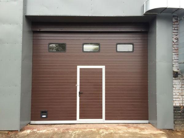 Секционные ворота DOORHAN RSD02 с калиткой и окнами купить в Белгороде