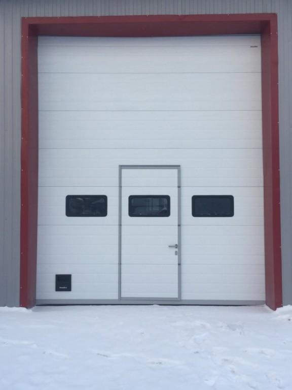 Промышленные секционные ворота DOORHAN ISD01 с калиткой и окнами купить в Белгороде