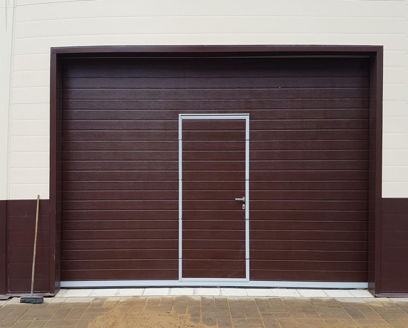 Секционные гаражные ворота DoorHan RSD02 с калиткой купить в Белгороде