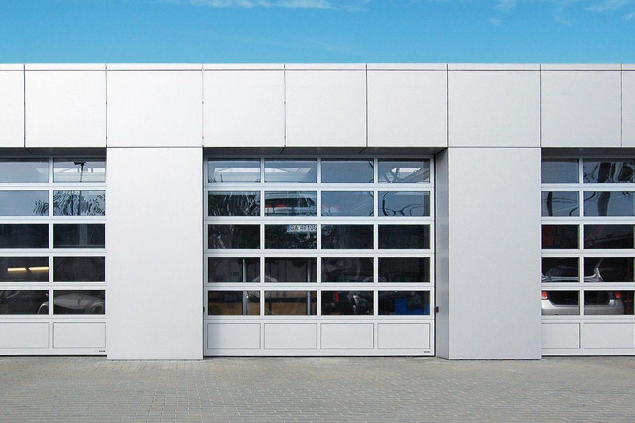 Промышленные секционные ворота с панорамным остеклением ISD02 купить в Белгороде