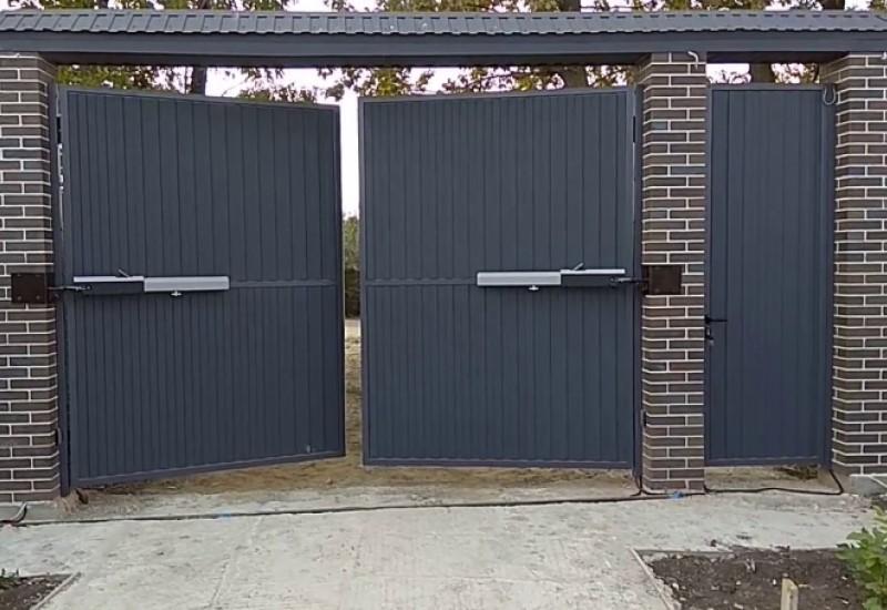 Распашные ворота с заполнением алюминиевым профилем купить в Белгороде